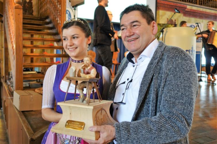 Preisträger 2018 Joachim Glawe zusammen mit der Bayerischen Bierkönigin Lena Hochstraßer